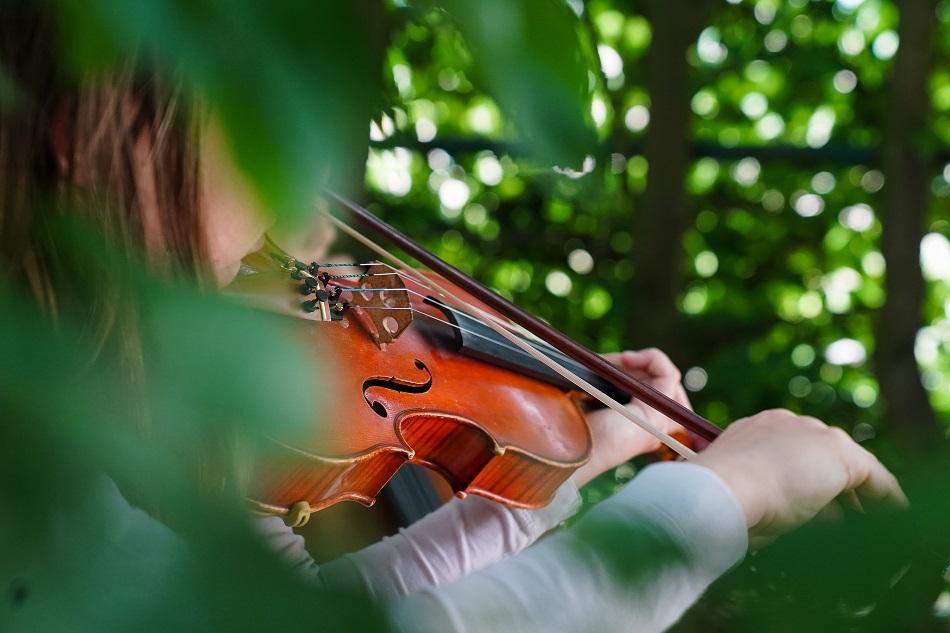 Junge Geigenspielerin