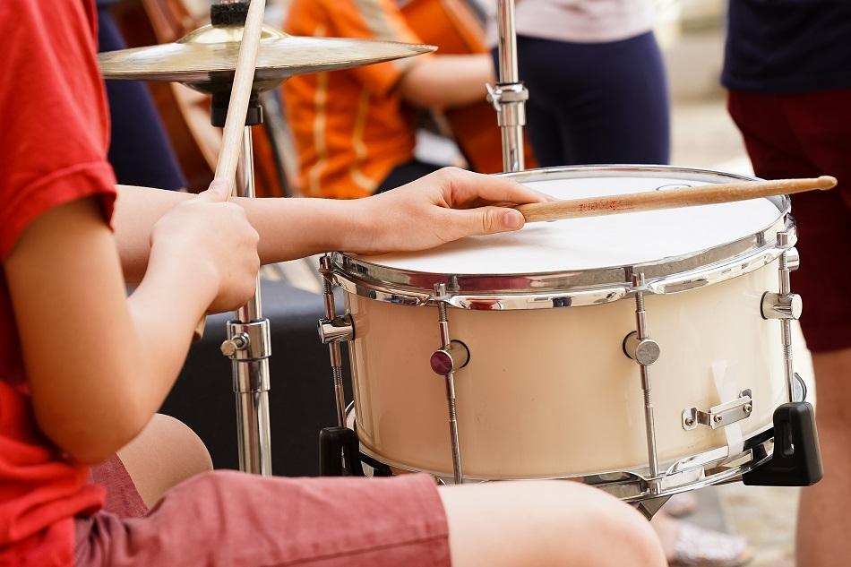 Junger Schlagzeugspieler