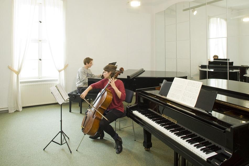 Proberaum mit Cellistin und Pianisten