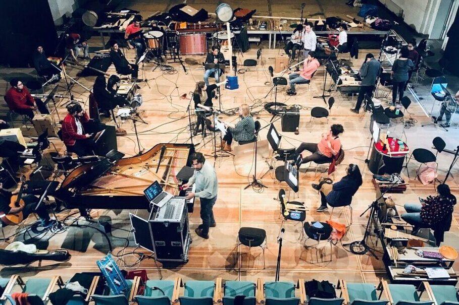 OEIN Das OEIN Bolivianische Experimentalorchester probt mit dem Vokalensemble PHONIX16 im Schlosstheater