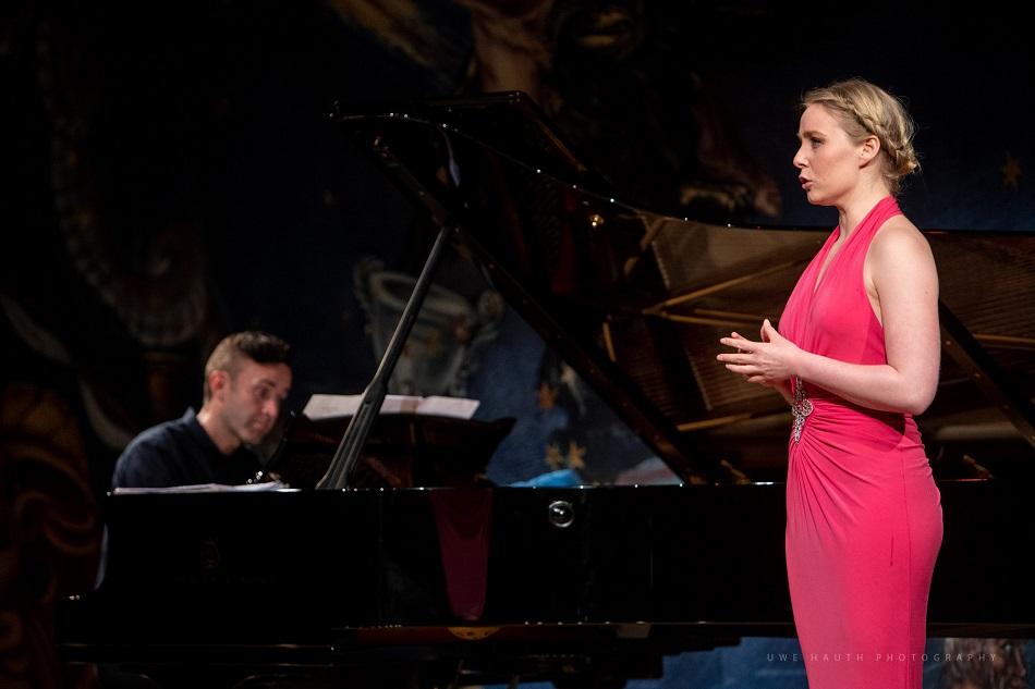 Sängerin mit Klavierbegleitung